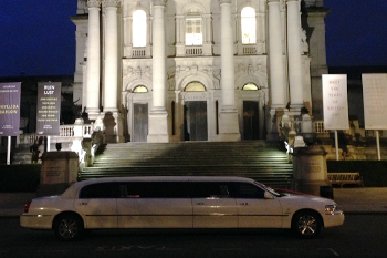 london-stretch-limo-at-landmark